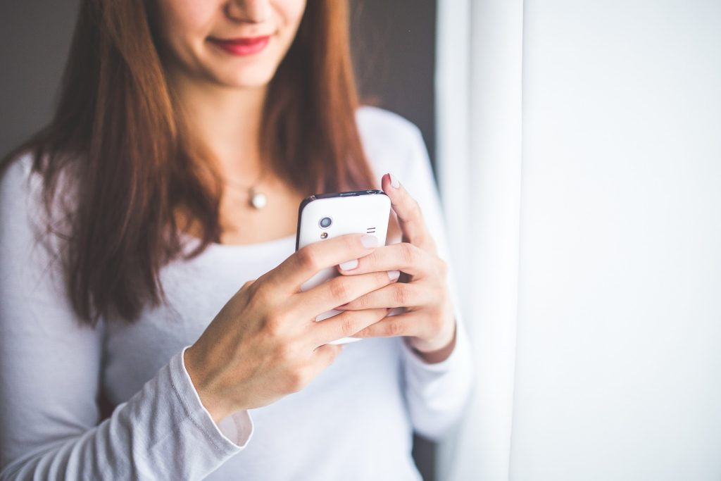 Frau hält Handy in der Hand