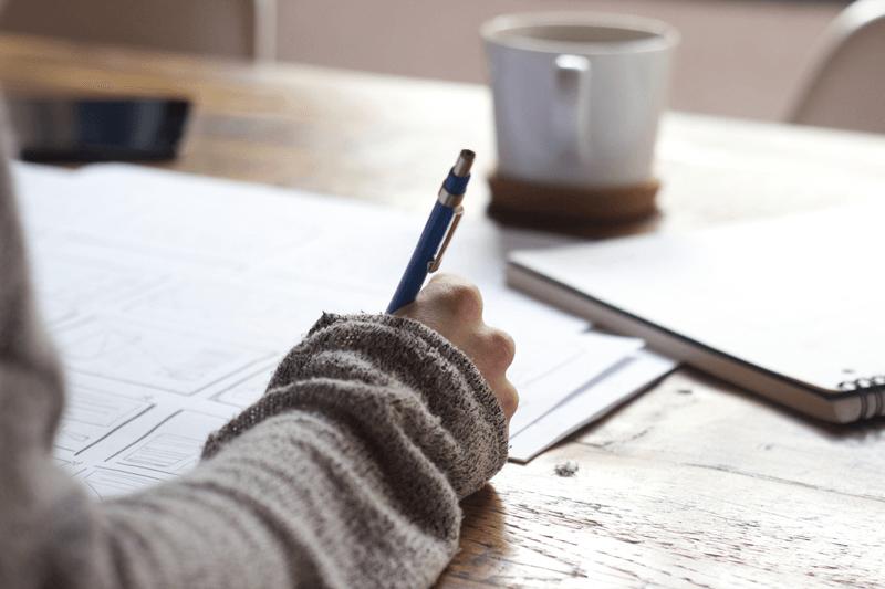 hand mit Stift unterschreibt den Stromliefervertrag Vertrag