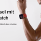 Frau Apple Watch am Handgelenk in Boxerstellung